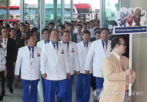 La dテゥlテゥgation nord-corテゥenne des Jeux asiatiques d`Incheon テ� l`aテゥroport international d`Incheon pour rentrer au Nord