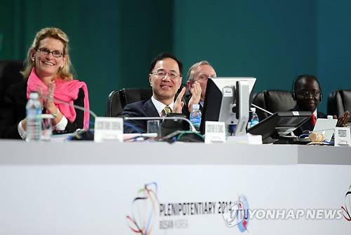 Le président de la Conférence de l`UIT Min Won-ki (au centre)