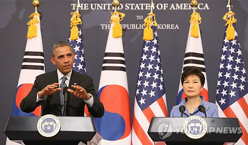 首脳会談後に記者会見する両国首脳=25日、ソウル(聯合ニュース)