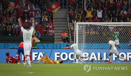 アルジェリアに得点を許しピッチに倒れ込む韓国選手=22日、ポルトアレグレ(聯合ニュース)