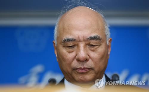 硬い表情で記者会見する文氏=24日、ソウル(聯合ニュース)