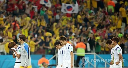 1次リーグ敗退が決まり肩を落とす韓国イレブン=26日、サンパウロ(聯合ニュース)