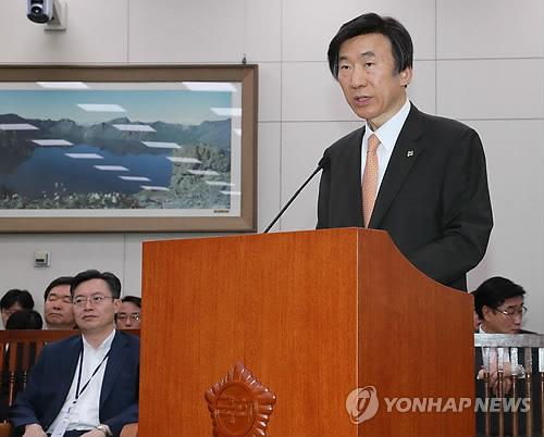 外交統一委員会で発言する外交部の尹炳世長官=30日、ソウル(聯合ニュース)