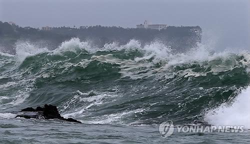 西歸浦沖に押し寄せる波=9日、西歸浦(聯合ニュース)