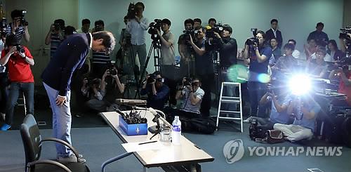 W杯での成績不振の責任を取り、辞任を表明した洪監督=10日、ソウル(聯合ニュース)