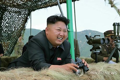 砲撃訓練を指導する金第1書記=(労働新聞=聯合ニュース)