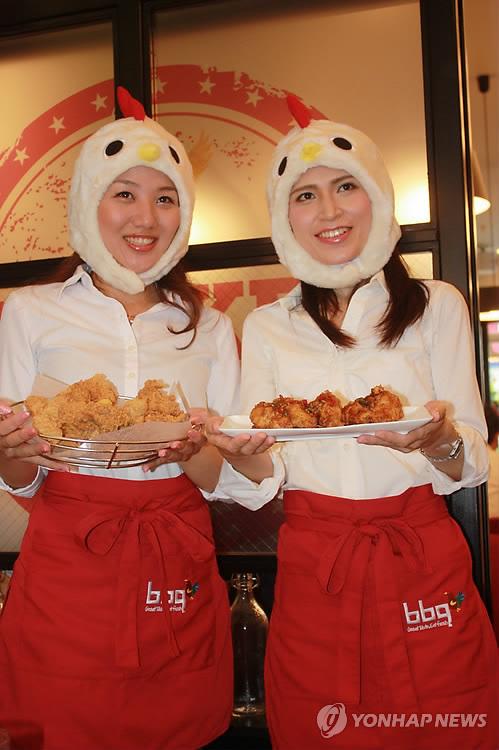 渋谷店のオープン記念イベントでメニューを紹介する従業員ら=15日、東京(聯合ニュース)