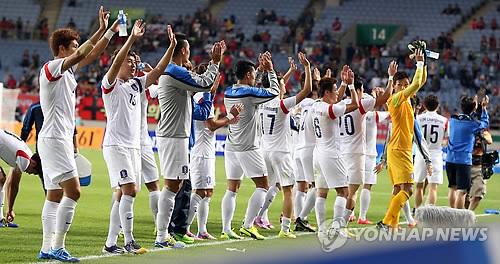 試合後.観衆の声援に応える韓国代表=30日、仁川(聯合ニュース)