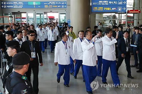 仁川空港を出発する北朝鮮選手団=5日、仁川(聯合ニュース)