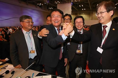 ITU標準化総局長の選出を喜ぶ李在攝氏=24日、釜山(聯合ニュース)