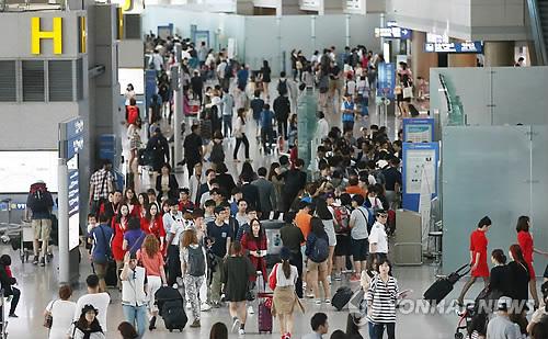 出国する旅行者でにぎわう仁川国際空港=(聯合ニュース)