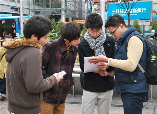 アンケート調査に応じる日本人大学生=(聯合ニュース)