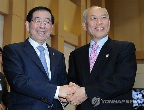 握手を交わす朴市長(左)と舛添知事(ソウル市提供写真)=(聯合ニュース)