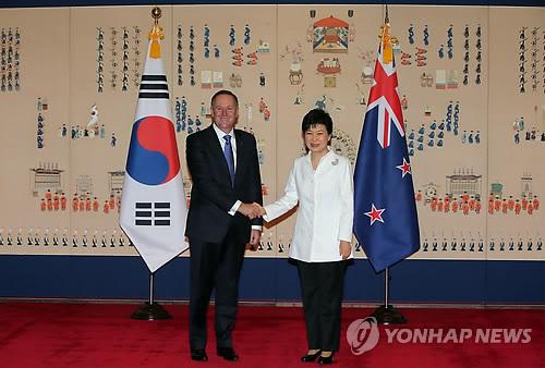 首脳会談前に握手する朴大統領(右)とキー首相=23日、ソウル(聯合ニュース)
