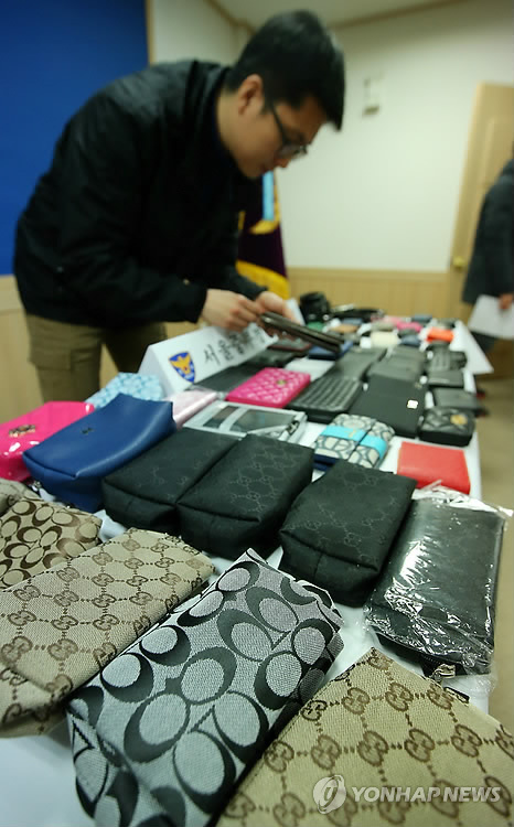 日本の高校生22人がソウルのショッピングモールで盗んだ財布など=10日、ソウル(聯合ニュース)