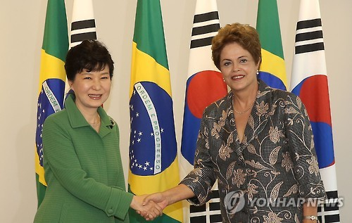 首脳会談の前に握手を交わす朴大統領(左)とルセフ大統領=(聯合ニュース)