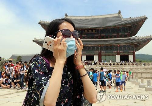 マスクをしてソウル市内を観光する中国人=(聯合ニュース)