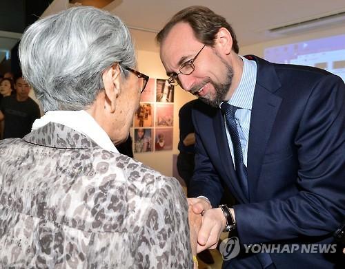 慰安婦被害者と握手するゼイド・フセイン氏=24日、ソウル(聯合ニュース)
