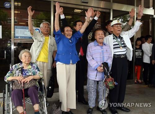 判決後、喜ぶ原告ら=24日、光州(聯合ニュース)