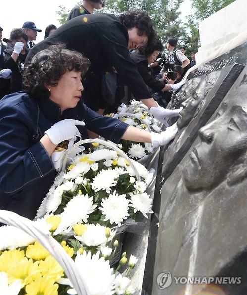 第2延坪海戦犠牲者の死を悼む遺族ら=29日、平沢(聯合ニュース)