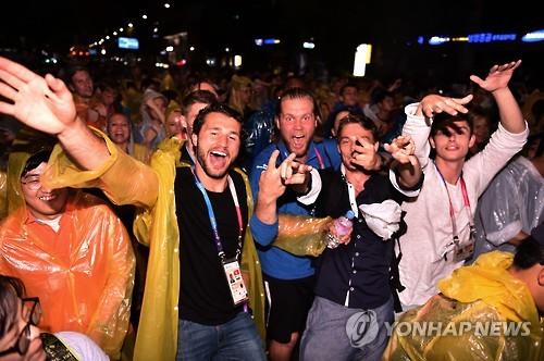 「世界青年祝祭」の公演を楽しむ各国の選手団(提供写真)=12日、光州(聯合ニュース)