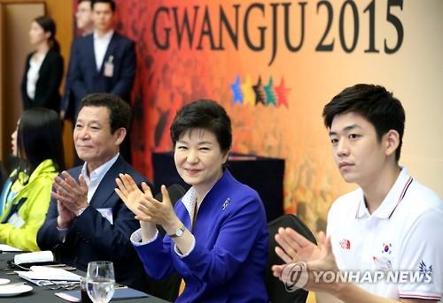 昼食会に出席した朴大統領(中央)=23日、ソウル(聯合ニュース)
