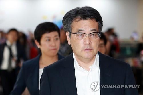 金浦空港に到着した岡田代表=2日、ソウル(聯合ニュース)