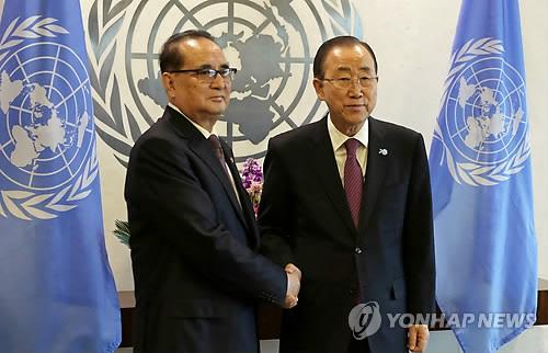潘事務総長(右)と李外相=1日、ニューヨーク(AP=聯合ニュース)