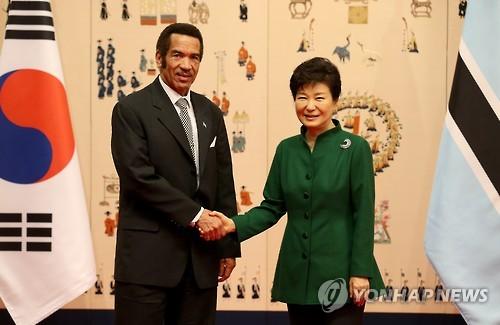 首脳会談で握手を交わす朴大統領(右)とボツワナ大統領=23日、ソウル(聯合ニュース)
