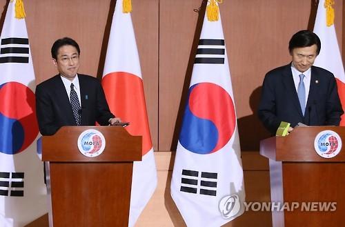 会談後、共同記者会見する岸田外相(右)と尹長官=28日、ソウル(聯合ニュース)