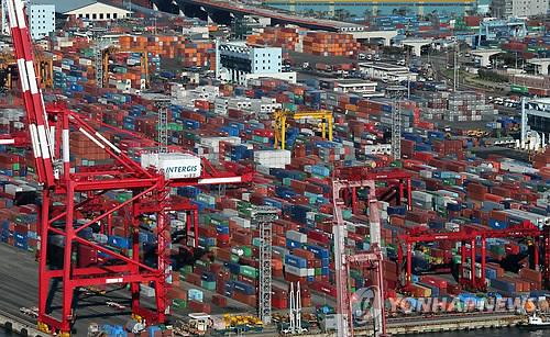 コンテナの積み下ろし作業が行われている港(資料写真)=(聯合ニュース)