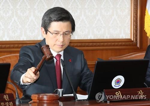 閣議に出席した黄氏=10日、ソウル(聯合ニュース)