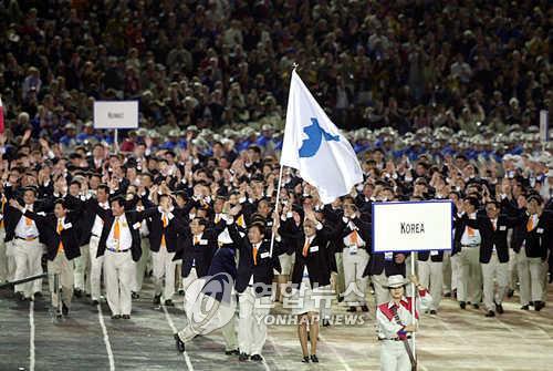 2000年のシドニー五輪で合同入場行進する韓国と北朝鮮の選手(資料写真)=(聯合ニュース)