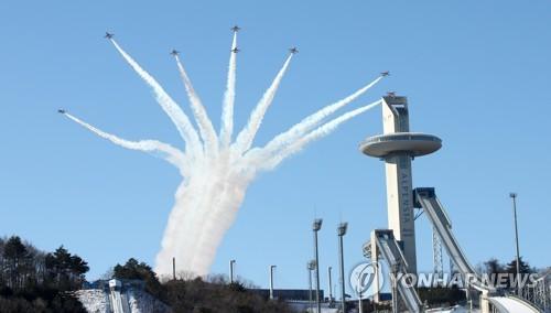 平昌五輪開幕まで残り50日となった21日、空軍の特殊飛行チーム「ブラックイーグルス」が五輪会場の上空で曲芸飛行を披露している=(聯合ニュース)