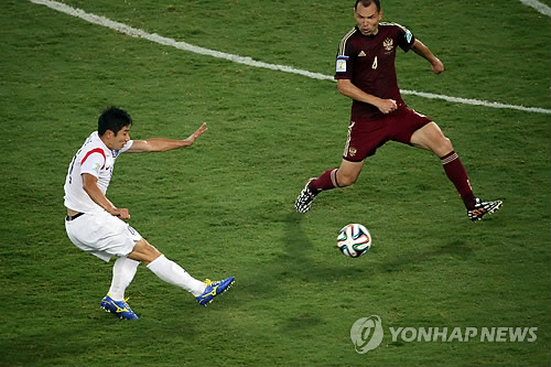 El delantero Lee Keun-ho dispara un gol en el segundo tiempo.