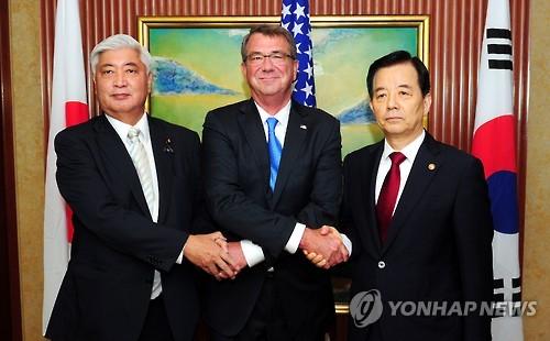 Han Min-koo (dcha.), Ashton Carter (cen.) y Gen Nakatani