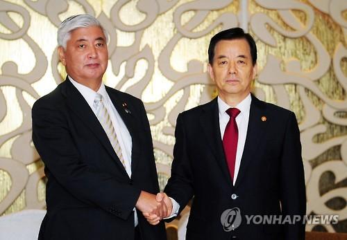 Han Min-koo (dcha.) y Gen Nakatani