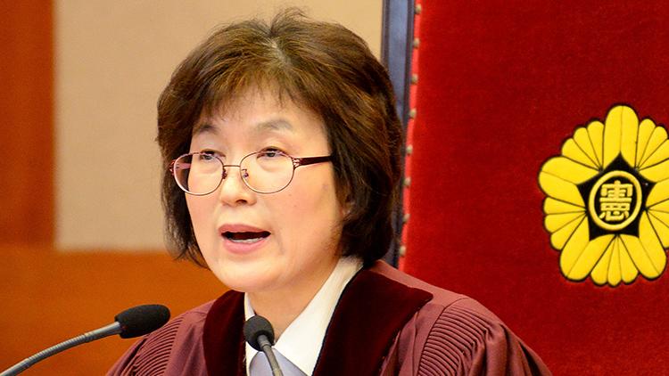 이정미 헌법재판소 소장 권한대행이 3월 10일 서울시 종로구 재동 헌법재판소에서 박근혜 전 대통령 탄핵심판을 선고하고 있다.
