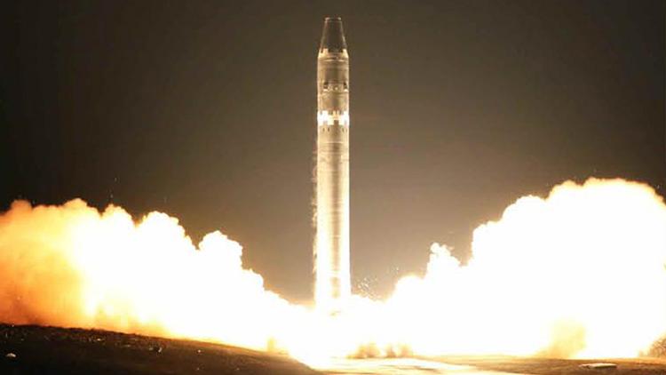 북한이 노동당 기관지 노동신문을 통해 공개한 신형 대륙간탄도미사일(ICBM)급 '화성-15형'의 11월 29일 발사 모습.