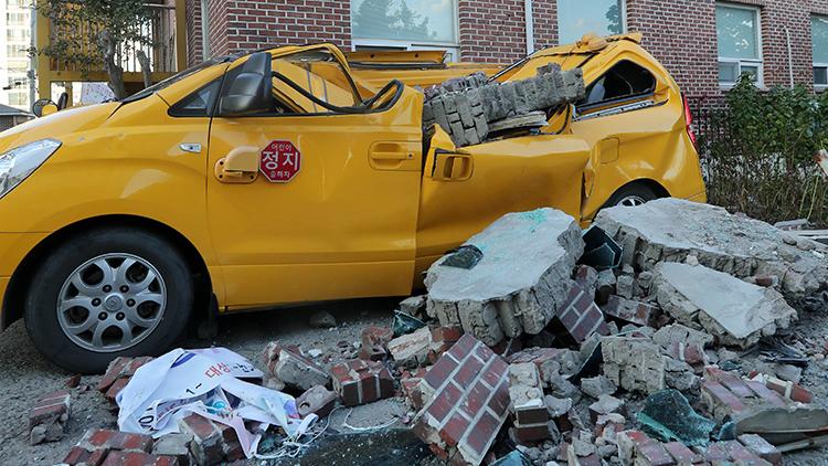 지진으로 건물 내부가 부서진 포항 흥해초등학교, 수능연기 공고, 포항 흥해읍 논의 액상화 조사, 지진에 파괴된 포항 흥해읍 어린이집 자동차(왼쪽 위부터 시계방향)