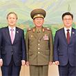 기념촬영하는 남북대표단