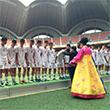 준우승 메달 받는 평양국제축구학교 학생들