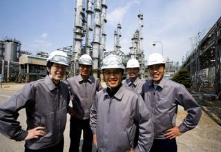 금호석유화학 여수고무공장 환하게 웃고 있는 직원들