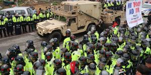 """إدخال معدات منظومة """" ثاد """" الى موقع مخصص لنشرها في كوريا الجنوبية وسط اشتباك بين الشرطة والسكان"""