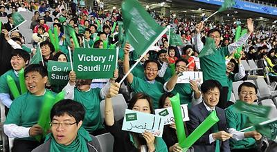 (آسياد)موظفو S-OIL يشجعون العداء السعودي السبيعي  فهد في سباق 200 متر