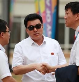 朝鲜体育相与中方人士交谈