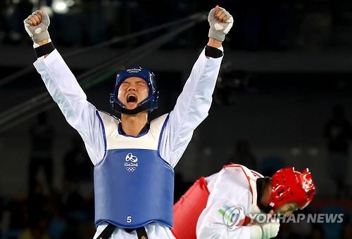 韩选手车东�F夺男子跆拳道80公斤以上级铜牌