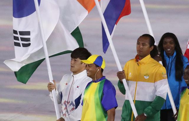 奥运闭幕式 韩国旗手金炫雨入场