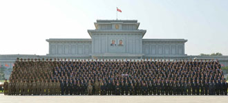 N.K. leader joins group photo session with nuke test contributors