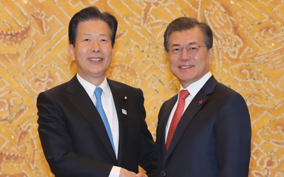 Moon, head of Japan coalition party vow to improve S. Korea-Japan ties